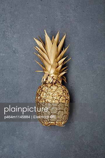goldene Ananas - p464m1145884 von Elektrons 08