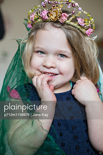 Kleines Mädchen als Prinzessin - p712m1159975 von Jana Kay