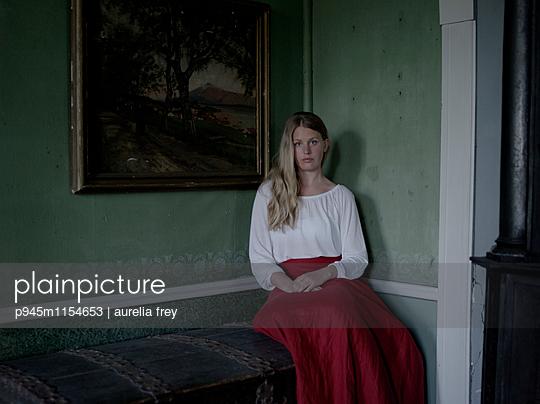 Junge Frau vor einem Gemälde - p945m1154653 von aurelia frey