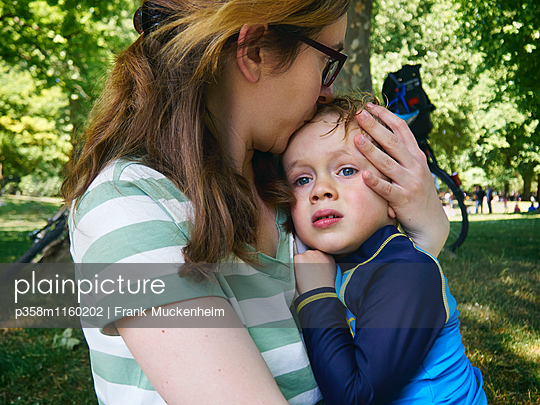 Mutter umarmt und tröstet ihren Sohn - p358m1160202 von Frank Muckenheim