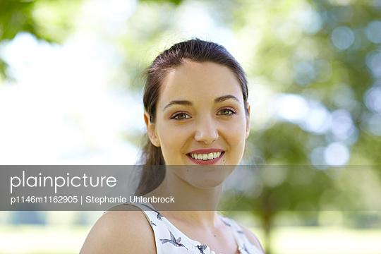Junge Frau mit Zopf - p1146m1162905 von Stephanie Uhlenbrock