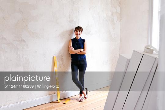Junge Frau in neuer Wohnung - p1124m1160239 von Willing-Holtz