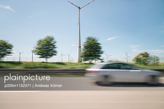 Windpark an der Autobahn verschwommene Sicht - p335m1152371 von Andreas Körner