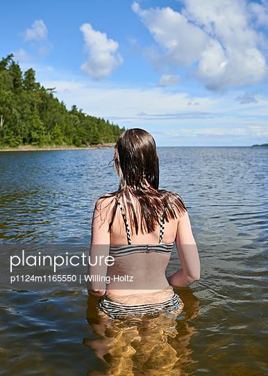 Frau steht im Wasser - p1124m1165550 von Willing-Holtz