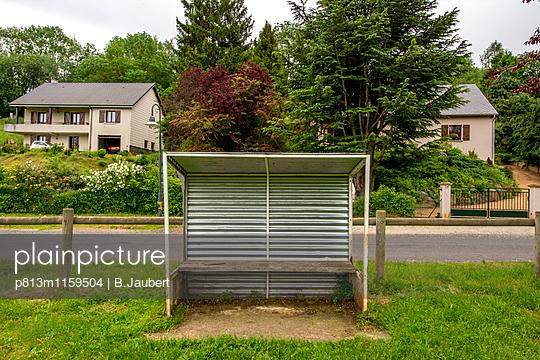 Überdachter Sitzplatz an einer Straße - p813m1159504 von B.Jaubert