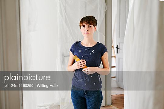 Junge Frau beim Renovieren - p1124m1160250 von Willing-Holtz