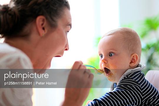 Mutter füttert Baby - p1258m1158891 von Peter Hamel