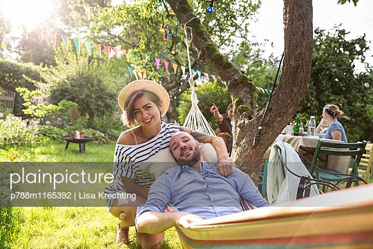 Junges Paar in der Hängematte entspannt sich - p788m1165392 von Lisa Krechting