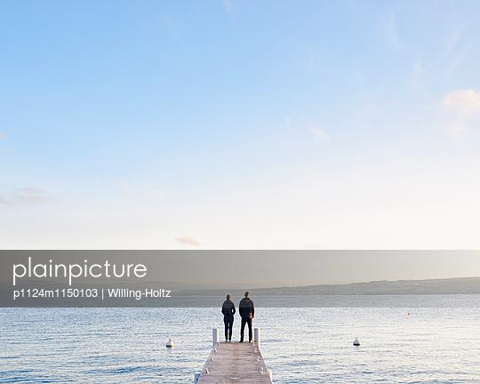 Paar steht auf einem Steg am Genfer See - p1124m1150103 von Willing-Holtz
