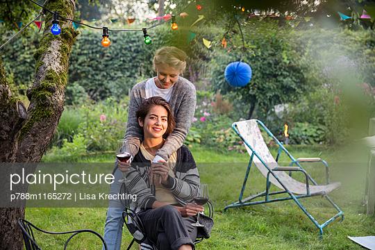 Zwei Freundinnen entspannen sich im Schrebergarten - p788m1165272 von Lisa Krechting