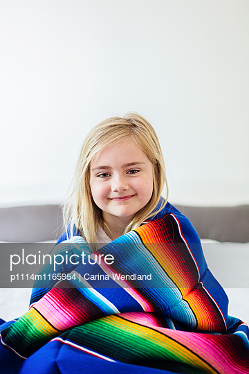 Mädchen mit bunter Decke - p1114m1165954 von Carina Wendland