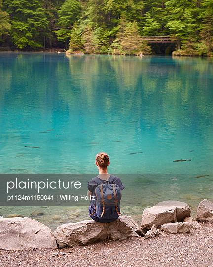Frau schaut auf Bergsee - p1124m1150041 von Willing-Holtz