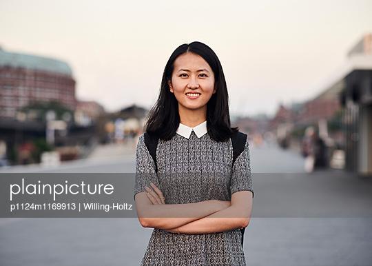 Portrait Asiatin in der Stadt - p1124m1169913 von Willing-Holtz