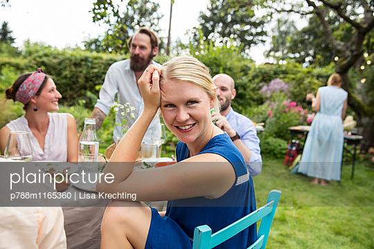 Junge Frau auf einer Gartenparty - p788m1165360 von Lisa Krechting