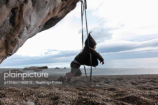 Junge schaukelt am Strand, Taormina, Messina, Sizilien, Italien - p1316m1160919 von Roetting+Pollex