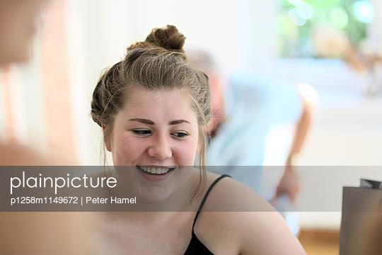 Lachende junge Frau - p1258m1149672 von Peter Hamel
