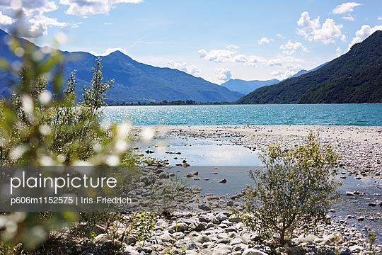 Bergsee Lago di Mezzola - p606m1152575 von Iris Friedrich