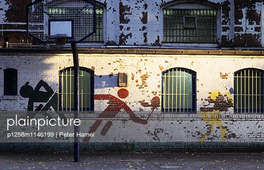 Wandmalereien an einer Turnhalle - p1258m1146199 von Peter Hamel