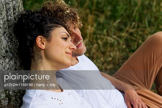 Junges Paar unter dem Baum - Close Up - p1212m1159190 von harry + lidy