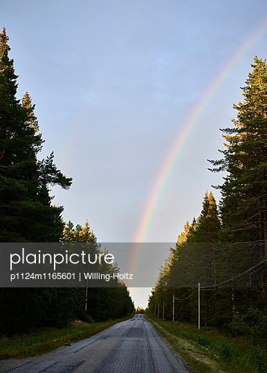 Regenbogen über der Straße - p1124m1165601 von Willing-Holtz