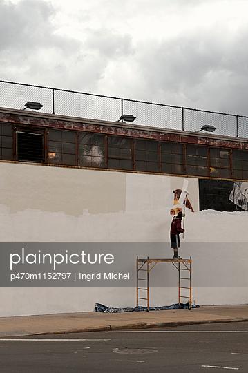 Augen an der Wand - p470m1152797 von Ingrid Michel