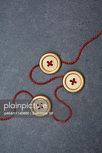 goldene Knöpfe - p464m1145880 von Elektrons 08