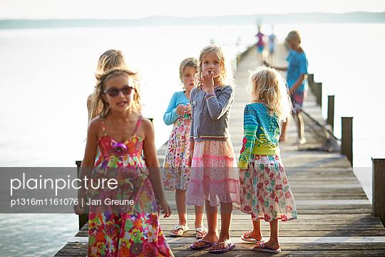 Kinder auf einem Steg, Starnberger See, Oberbayern, Bayern, Deutschland - p1316m1161076 von Jan Greune