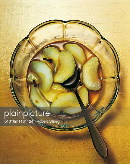 Apfelkompott in einer Schüssel mit Löffel, Obst, Essen, Nahrung - p1316m1161124 von Robert Striegl