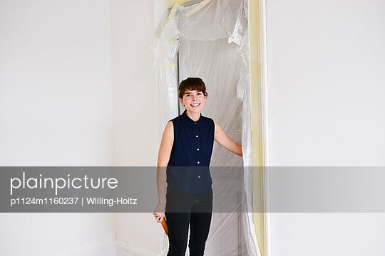 Junge Frau in neuer Wohnung - p1124m1160237 von Willing-Holtz