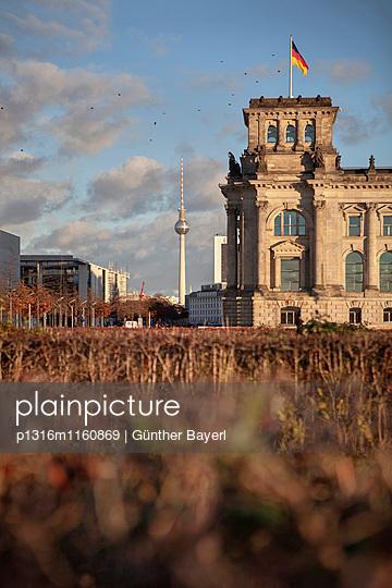 Reichstag, Fernsehturm im Hintergrund, Berlin, Deutschland - p1316m1160869 von Günther Bayerl