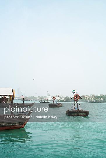 Abra Personenfähre auf dem Dubai Creek, Dubai, Vereinigte Arabische Emirate - p1316m1161087 von Natalie Kriwy