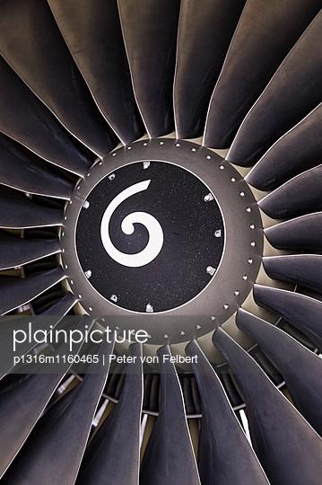Triebwerk von einem Flugzeug, Flughafen München, Bayern, Deutschland - p1316m1160465 von Peter von Felbert