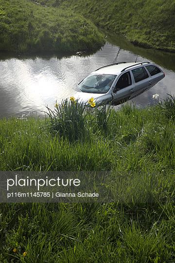 Auto im Graben - p116m1145785 von Gianna Schade