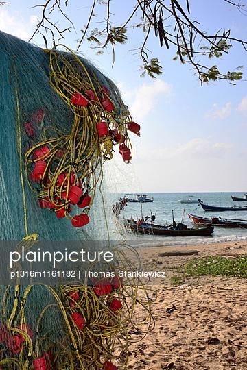Fischerboote am Rawai Strand ganz im Süden, Phuket, Thailand, Asien - p1316m1161182 von Thomas Stankiewicz