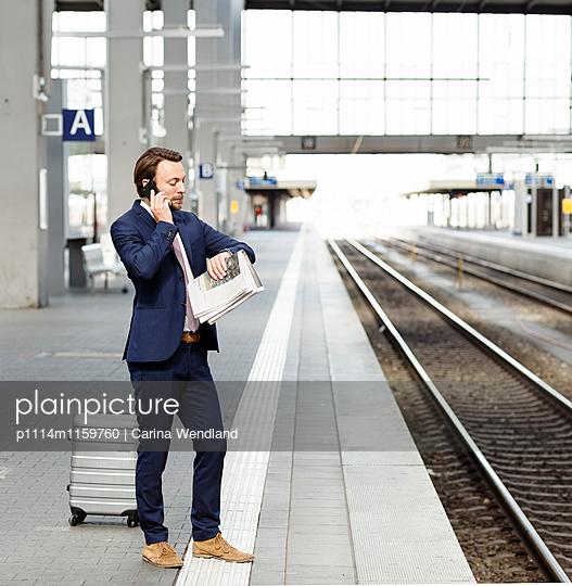 Geschäftsmann wartet am Bahnsteig - p1114m1159760 von Carina Wendland