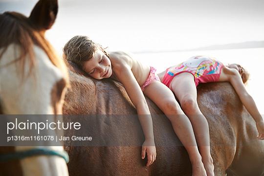 Zwei Mädchen auf einem Pferd am Starnberger See, Oberbayern, Bayern, Deutschland - p1316m1161078 von Jan Greune