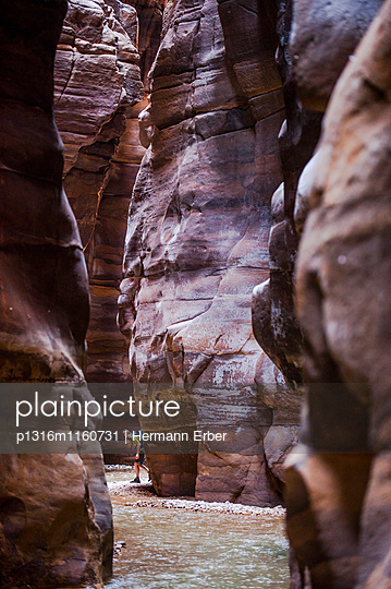 Frau wandert durch eine Schlucht, Wadi Mujib, Jordanien, Naher Osten - p1316m1160731 von Hermann Erber