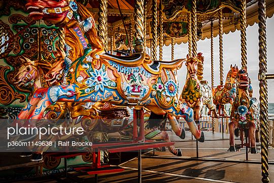 Karussel mit Pferden - p360m1149638 von Ralf Brocke