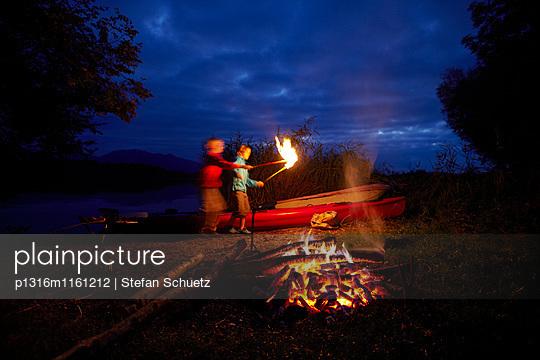 Kinder am Lagerfeuer, Staffelsee, Seehausen, Oberbayern, Bayern, Deutschland - p1316m1161212 von Stefan Schuetz