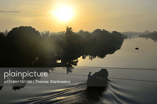 Sonnenuntergang in An Binh im Mekong-Delta bei Vinh Long, Vietnam - p1316m1161166 von Thomas Stankiewicz