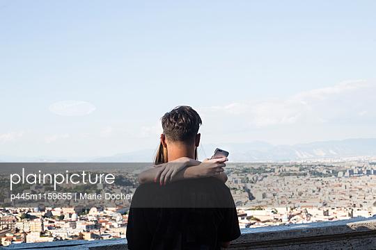Junges Paar mit Smartphone - p445m1159655 von Marie Docher