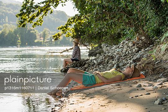 Zwei junge Frauen am Rheinufer, Rheinfelden, Baden-Württemberg, Deutschland - p1316m1160711 von Daniel Schoenen