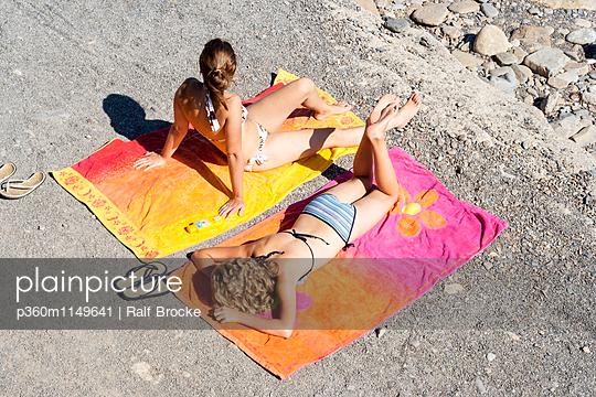 Mädchen beim Sonnenbaden - p360m1149641 von Ralf Brocke