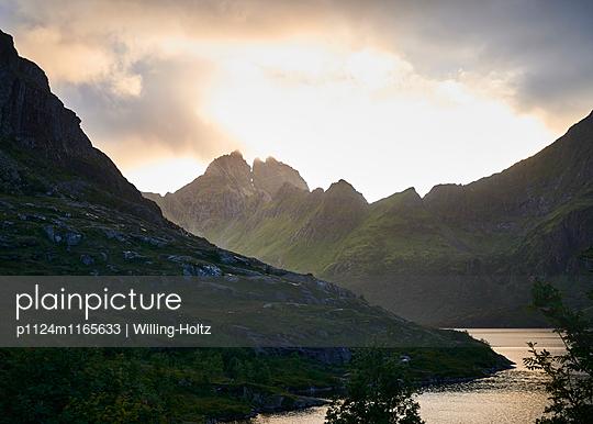 Landschaft auf den Lofoten - p1124m1165633 von Willing-Holtz