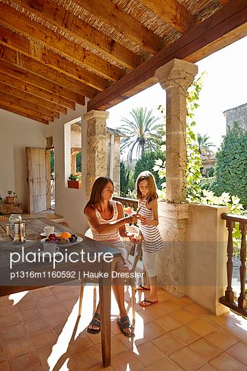 Mutter und Tochter auf Loggia, Algaida, Mallorca, Balearische Inseln, Spanien - p1316m1160592 von Hauke Dressler