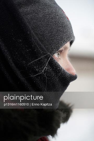 Frau in warmer Bekleidung, Kakslauttanen, Ivalo, Lappland, Finnland - p1316m1160510 von Enno Kapitza