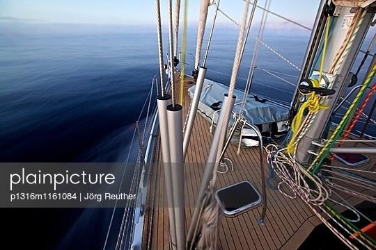Vorschiff einer Segelyacht auf dem Meer, Segeln - p1316m1161084 von Jörg Reuther