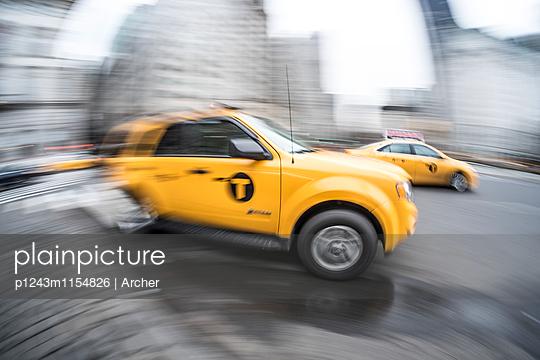 Taxi unterwegs in New York  - p1243m1154826 von Archer