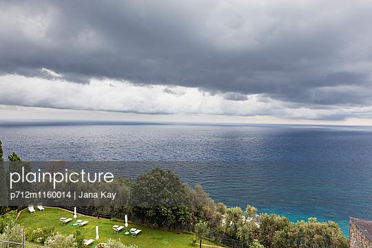 Dunkle Wolken über dem Meer - p712m1160014 von Jana Kay