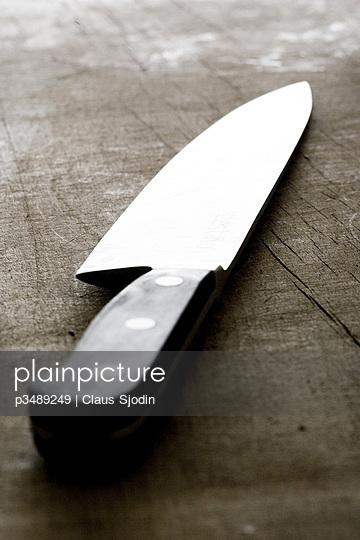 A kitchen-knife on a cutting-board